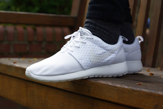 white nike roshe run